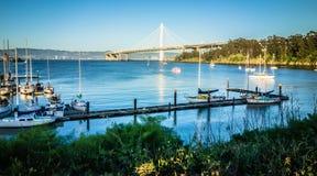 Марина шлюпки около нового моста залива oakland водя к халифу oakland Стоковые Изображения