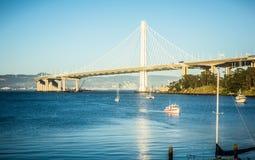 Марина шлюпки около нового моста залива oakland водя к халифу oakland Стоковое фото RF