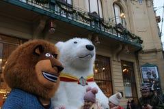 Марионетки в костюмах персонажей из мультфильма на улицах Праги стоковое изображение rf
