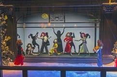 Марионетки Dansing в окне магазина Парижа стоковые фотографии rf