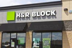 Марион, ВНУТРИ - около июль 2016: Марион, ВНУТРИ - положение подготовки налога розницы H&R Block Блок приводится в действие 12.00 Стоковое Изображение RF