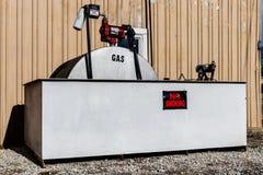 Марион - около январь 2018: Для некурящих предупредительный знак и воспламеняющий газовый насос i Стоковое Фото