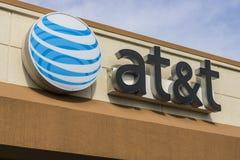 Марион - около апрель 2017: Логотип и signage AT&T корпоративный на магазине подвижности AT&T теперь предлагает сотовые телефоны  стоковые изображения rf