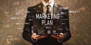 Маркетинговый план при бизнесмен держа планшет стоковое фото rf