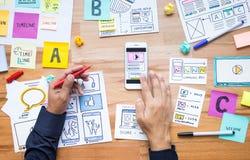 Маркетинг дела цифровой с эскизом обработки документов и мужская рука используя смартфон стоковые фото