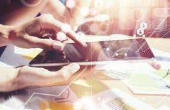 Маркетинг интерфейса диаграммы значка глобальных соединений виртуальный исследуя процесс Разнообразной бизнесмены встречи бредово стоковые изображения rf