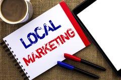 Маркетинг текста почерка местный Концепция знача региональные рекламы рекламы объявления по месту написанные на тетради записывае стоковые изображения