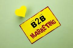 Маркетинг текста B2B сочинительства слова Концепция дела для дела к коммерции торговых операций дела написанной на желтом Stic Стоковая Фотография