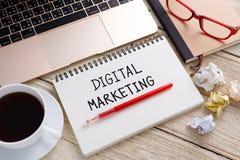 Маркетинг цифров с столом работы Стоковая Фотография RF