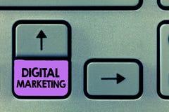 Маркетинг цифров текста почерка Продвижение смысла концепции продуктов или брендов через электронные средства массовой информации стоковое фото rf