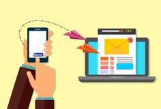 Маркетинг электронной почты Пошлите электронную почту от вашего телефона к вашей компьтер-книжке Рука с телефоном иллюстрация штока
