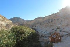 Маркировка на камне на следе Израиля национальном Стоковые Изображения RF