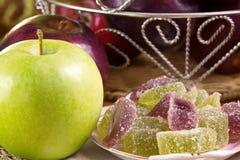 Мармелад Яблока и зеленое Яблоко на таблице в керамических блюдах стоковое изображение rf