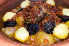 Марокканец Tajine с мясом, изюминками, высушил сливы и специи 2 Стоковая Фотография RF