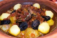 Марокканец Tajine с мясом, изюминками, высушил сливы и специи Стоковое Фото