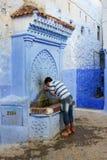 Марокко, Chefchaouen - 20-ое сентября: Местный человек моет Стоковая Фотография RF