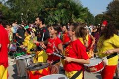 МАРСЕЛЬ, ФРАНЦИЯ - 26-ОЕ АВГУСТА: Игроки на африканских барабанчиках. Marseil Стоковые Фотографии RF