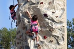 МАРСЕЛЬ, ФРАНЦИЯ - 26-ОЕ АВГУСТА: Молодые альпинисты на крутом утесе. M Стоковое Изображение