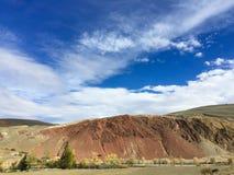 Марсианский ландшафт на земле Горы утесов Kyzyl-Chin или Altai Марса красные также Россия стоковая фотография rf