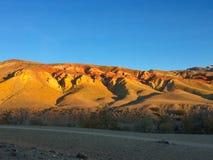 Марсианский ландшафт на земле Заход солнца в горах утесов Altai Марса красных также Россия стоковые фотографии rf