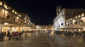 Марты Ascoli Piceno, Италия, Аркада del Popolo к ноча стоковая фотография rf