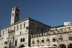 Марты Ascoli Piceno, Италия, Аркада del Popolo на утре стоковое фото