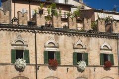 Марты Ascoli Piceno, Италия, Аркада del Popolo на утре стоковое изображение