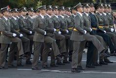 Март новых сербских офицеров армии стоковые изображения