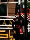 Маршируя пакистанец защищает в национальной форме на церемонии понижать флаги Лахор, Пакистан Стоковые Изображения
