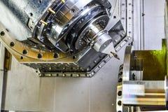 Маршрутизатор CNC и поворачивая металл с режущим инструментом и инструментом центризовать Концепция высокотехнологичный обрабатыв стоковое фото