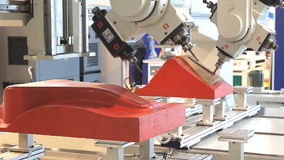 Маршрутизатор CNC и подвергая механической обработке центр на woodworking и индустрии мебели акции видеоматериалы