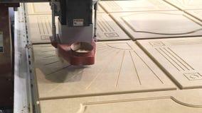 Маршрутизатор CNC и подвергая механической обработке центр на woodworking и индустрии мебели сток-видео