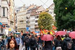 Марш большой улицы толпы французской политический во время французской нации Стоковые Изображения
