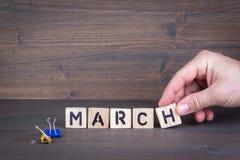 марш Деревянные письма на предпосылке стола офиса, информативных и связи Стоковое Изображение