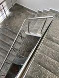 Марш лестницы сделанный из бетона с поручнями нержавеющей стали С пятнами побелки и краски после ремонта Стоковое Изображение RF