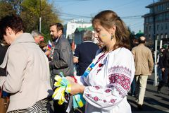Марш мира, девушка в украинских национальных одеждах Стоковая Фотография