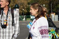 Марш мира, девушка в украинских национальных одеждах Стоковая Фотография RF
