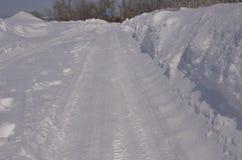 марш Сверкная снег в больших смещениях лежа на обочине Стоковая Фотография