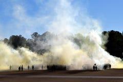 Марш студент-выпускников лагеря ботинка через дым стоковые фото