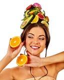 Маска волос от свежих фруктов на голове женщины задняя чуть-чуть женщина Стоковое Изображение