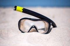 Маска для нырять на солнечном пляже стоковая фотография