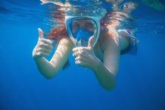 Маска женщины snorkeling в голубом море Snorkeling лицевой щиток гермошлема женщины полностью Стоковые Фотографии RF