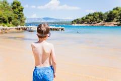 Маска заплывания мальчика маленького ребенка нося стоковая фотография