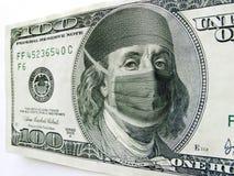 Маска здравоохранения Бен Франклина нося на 100 долларовых банкнотах Стоковое фото RF