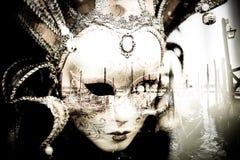 маска исследует гондол на венецианской лагуне в аркаде Сан Marco в Венеции Стоковое Изображение
