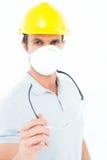 Маска и защитный шлем работника нося пока держащ защитные стекла Стоковое фото RF