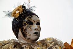 Маска и костюм масленицы золото-черные на традиционном фестивале в Венеции, Италии стоковое изображение