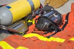 Маска и оборудование пожарного подготавливают для деятельности Стоковая Фотография