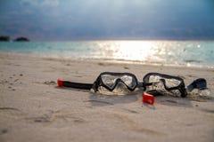 Маска и шноркель лежа на песчаном пляже нот bokeh предпосылки замечает тематическое стоковые фотографии rf