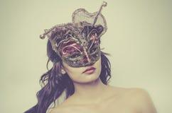 Маска красивой молодой женщины нося венецианская стоковые фото